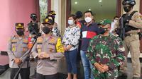 Wakapolda Metro Jaya Brigjen Pol Hendro Pandowo menyambangi Gereja Bethel Indonesia di Jalan Kamboja, Kelurahan Depok, Kecamatan Pancoranmas, Depok. (Liputan6.com/Dicky Agung Prihanto)