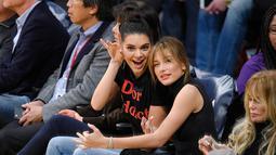Dilansir dari HollywoodLife, Kendall Jenner adalah salah satu dari orang pertama yang mendengar kabar bahagia tersebut. (HelloGiggles)