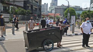Warga menunggu untuk menyeberang di kawasan Tosari, Jakarta, Selasa (2/03/2021). Data 21 Februari 2021, DKI Jakarta berhasil keluar dari zona merah Covid-19 yang dilaporkan Satuan Tugas Penanganan Covid-19 melalui covid19.go.id, pada Selasa (2/3/2021). (Liputan6.com/Herman Zakharia)