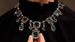 Model mengenakan kalung berlian berhias zamrud abad ke-19 di balai lelang Christie, London, Inggris, Selasa (9/4). Kalung yang ditaksir berharga Rp 21-35 M ini akan dilelang di Geneva Magnificent Jewels pada 15 Mei mendatang. (AP Photo/Kirsty Wigglesworth)
