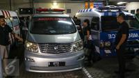 Mobil ambulans yang akan membawa ke rumah duka di Bintaro, Tangsel (31/7). Rencananya, jenazah Mike akan dimakamkan di TPU Tanah Kusir pada Selasa, (2/8). (Liputan6.com/Fery Pradolo)