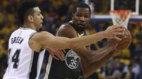 Pemain Warriors, Kevin Durant (kanan) mencoba melewati adangan pemain San Antonio Spurs, Danny Green pada playoffs NBA Basketball di Oracle Arena, Oakland, California, (16/4/2018). Warriors menang 116-101. (AP/Ben Margot)