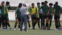Pelatih Timnas Indonesia U-19, Fakhri Husaini, memberikan instruksi saat latihan di Stadion Pakansari, Bogor, Senin (30/9). Latihan ini merupakan persiapan jelang Piala AFF U-19 di Vietnam. (Bola.com/Vitalis Yogi Trisna)