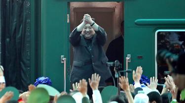 Pemimpin Korea Utara Kim Jong Un bersiap menaiki kereta di stasiun kereta Dong Dang di Dong Dang, Vietnam, Sabtu (2 /3). Kim Jong Un mengakhiri KTT dengan Presiden AS Donald Trump di Hanoi dan kunjungan kenegaraan ke Vietnam. (AP Photo/Minh Hoang)
