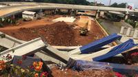 Girder proyek pembangunan Jalan Tol Depok-Antasar menimpa truk proyek, di Jalan TB Simatupang, Jakarta, Selasa (2/1). Girder ambruk diduga akibat tersenggol alat berat yang berada di lokasi pembangunan. (Liputan6.com/Immanuel Antonius)
