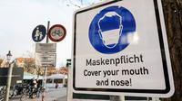 Tanda yang mengingatkan warga untuk memakai penutup mulut dan hidung terlihat di pasar di Munich (11/12/2020). Kasus penularan dan kematian harian COVID-19 di Jerman terus meningkat dan mencapai rekor tertinggi baru, menurut data dari Robert Koch Institute (RKI). (Xinhua/Philippe Ruiz)