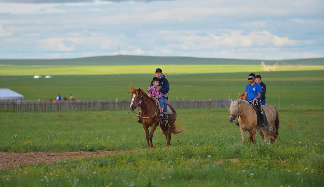 Para wisatawan menunggang kuda di objek wisata di Hulunbuir, Daerah Otonom Mongolia Dalam, China utara, 4 Agustus 2020. Otoritas Hulunbuir melakukan berbagai langkah guna meningkatkan pasar pariwisata lokal, seperti jadwal kerja yang lebih fleksibel dan mengeluarkan kupon wisata. (Xinhua/Xu Qin)