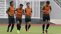 Pemain Timnas Indonesia U-22, Gian Zola, bersama rekan-rekannya berlari saat latihan di Stadion Madya, Jakarta, Jumat (18/1). Latihan ini merupakan persiapan jelang Piala AFF U-22. (Bola.com/Yoppy Renato)