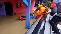 Tim SAR saat mengevakuasi salah satu korban banjir di Indramayu. Foto (istimewa)