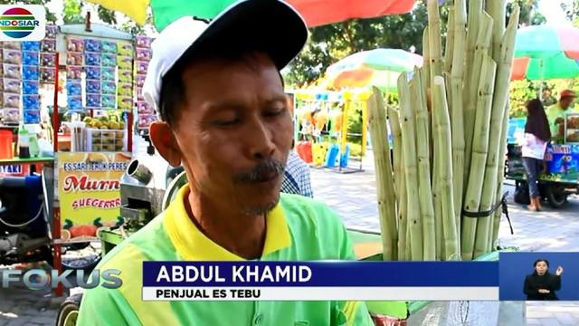 """""""Saya bikin celengan itu sudah 90 buah saya masukan kesitu uang logam pecahan lima ratusan paling besar Rp 20 ribu,"""" ujar Abdul Kamid."""