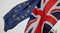 Bendera Inggris dan Uni Eropa. (Foto: AFP / Tolga Akmen)