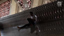 Seorang umat Islam bersandar di pelataran Masjid At Tin, Jakarta, Selasa (14/7). Bulan suci Ramadan dimanfaatkan umat muslim untuk mendekatkan diri kepada Allah SWT dengan meningkatkan ibadah di masjid. (Liputan6.com/Helmi Fithriansyah)