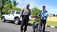 Sepeda yang digunakan Panji Ramadhan di landasan pacu Bandara Fatmawati Soekarno Bengkulu diamankan pihak aparat (Liputan6.com/Yuliardi Hardjo)