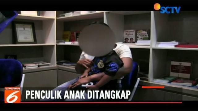 Sebelum menculik korban, pelaku yang bernama Syamsul Bahri mengiming-imingi korban untuk dibelikan mainan dan permen.