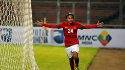 Usai mencetak gol ke gawang Kyrgyzstan, Zulham Manik Zamrun berlari ke pinggir lapangan sambil merentangkan kedua tangannya (Liputan6.com/ Helmi Fithriansyah)