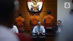 Juru Bicara KPK Ali Fikri (kanan) menyampaikan keterangan terkait penahanan mantan pimpinan DPRD Jambi di Gedung KPK, Jakarta, Selasa (23/6/2020). KPK menahan Cornelis Buston, AR Syahbandar, dan Chumaidi Zaidi terkait dugaan suap pengesahan RAPBD Provinsi Jambi Tahun 2018. (merdeka.com/Dwi Narwoko)