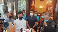 Waketum Partai Gelora Fahri Hamzah menyambangi kediaman Wali Kota Solo Gibran Rakabuming Raka. (Sumber: akun Twitter @Fahrihamzah)