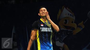 Tunggal putera Indonesia, Sony Dwi Kuncoro mengusap wajah saat laga melawan pemain Hongkong Hu Yun di 16 besar BCA Indonesia Open, Jakarta, Kamis (6/2/2016). Sony kalah 12-21, 15-21, 16-21. (Liputan6.com/Helmi Fithriansyah)