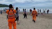 Tim dari Kantor SAR Bandung melakukan patroli di sekitaran objek wisata Pantai Pangandaran. (Dok. Basarnas)