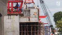 Pekerja menyelesaikan proyek pembangunan double-double track (DDT) Manggarai-Jatinegara, Jakarta, Kamis (30/11). Pengembangan infrastruktur kereta api tersebut merupakan bagian dari rencana transportasi nasional. (Liputan6.com/Angga Yuniar)