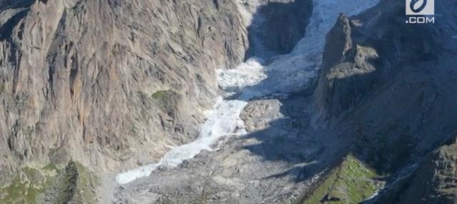 Longsor es terjadi di Pegunungan Mont Blac Massif. Momen ini berhasil diabadikan oleh Benjamin Lehmann.