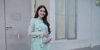 Aura cantik Sandra Dewi semakin terpancar saat mengandung anaknya bersama Harvey Moeis. Usia kandungan sudah menginjak enam bulan, banyak perubahan yang terjadi pada Sandra terutama soal hormonnya. (Nurwahyunan/Bintang.com)