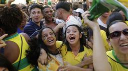 Suporter Brasil meluapkan kegembiraan setelah timnya mencetak gol ke gawang Kosta Rika pada laga grup E Piala Dunia 2018 di Rio de Janeiro, Brasil, (22/6/2018). Brasil menang 2-0. (AP/Silvia Izquierdo)