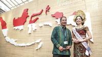 Menteri Pariwisata Arief Yahya foto dengan peta Indonesia saat meninjau Paviliun Indonesia dalam rangka pertemuan tahunan IMF-Bank Dunia 2018 di Bali, Kamis (10/11). (Liputan6.com/Angga Yuniar)