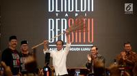 Capres petahana Jokowi mengangkat sapu lidi pada acara Deklarasi Alumni Pangudi Luhur (PL) untuk Jokowi-Ma'ruf Amin di SCBD, Jakarta, Rabu (6/2). Sapu tersebut merupakan simbol agar Jokowi membersihkan koruptor jika kembali terpilih. (Liputan6.com/HO/Jo)
