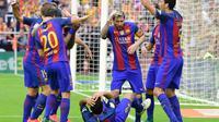 Para pemain Barcelona dilempari beberapa benda oleh suporter Valencia saat merayakan gol pada laga di Mestalla, Valencia, 22 Oktober 2016. (AFP/Jose Jordan)