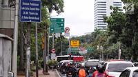 Sejumlah pengendara melintas di jalan MH.Thamrin - Medan Merdeka Barat, Jakarta, Selasa (7/11). Rencanannya larangan sepeda motor melintas di Jalan Sudirman-Thamrin akan dicabut pada bulan Desember 2017. (Liputan6.com/Faizal Fanani)