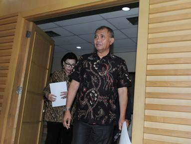 Ketua KPK Agus Rahardjo (kanan) jelang memberikan keterangan pers di Gedung KPK, Jakarta, Jumat (2/12). Keterangan pers tersebut terkait Operasi Tangkap Tangan (OTT) terhadap Wali Kota Cimahi (nonaktif) Atty Suharti Tochija. (Liputan6.com/Helmi Afandi)