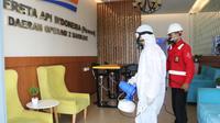 Petugas kesehatan lingkungan PT KA Daop 2 Bandung melakukan penyemprotan disinfekan untuk mencegar paparan COVID-19, Bandung, Minggu, 15 Maret 2020. (sumber foto : Humas PT KA Daop 2)