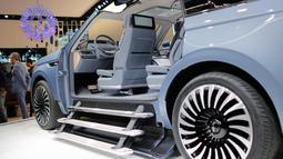 Tiga buah anak tangga terlihat pada masing-masing pintu masuk kiri dan kanandalam mobil konsep Lincoln Navigator pada New York International Auto Show 2016 di Manhattan, New York (23/3). (REUTERS/Eduardo Munoz)