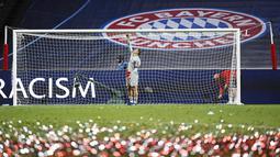 Kiper Bayern Munchen, Manuel Neuer, menggunting jaring gawang usai menjuarai Liga Champions di Stadion The Luz, Portugal, Senin (24/8/2020). Bayern Munchen berhasil menjadi juara usai menaklukkan PSG 1-0. (David Ramos/Pool via AP)