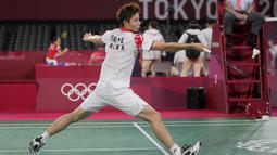 Pebulu tangkis China Yu Qi Shi saat melawan pebulu tangkis Indonesia Jonatan Christie pada pertandingan tunggal putra Olimpiade Tokyo 2020 di Tokyo, Jepang, Kamis (29/7/2021). Jonatan Christie kalah dari Yu Qi Shi. (AP Photo/Dita Alangkara)