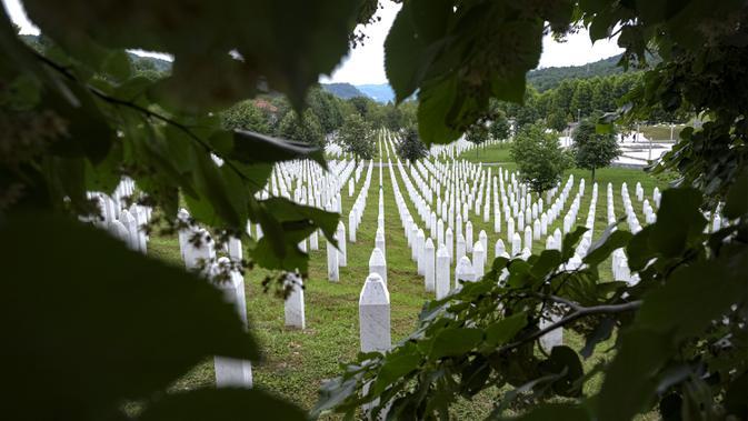 Deretan batu nisan terlihat di pemakaman korban pembantaian Sreberenica, Potocari, Bosnia, 7 Juli 2020. Lebih dari 8.000 muslim Bosnia tewas dalam 10 hari pembantaian setelah kota itu dikuasai pasukan Serbia pada bulan-bulan terakhir perang saudara 1992-1995. (AP Photo/Kemal Softic)