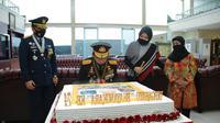 Panglima TNI Marsekal Hadi Tjahjanto memberikan kejutan kepada Kapolri Jenderal Idham Azis saat HUT Bhayangkara. (dokumentasi Puspen TNI)