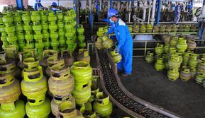 Pekerja melakukan sejumlah tahap pengisian LPG pada tabung 3 Kg di SPBE (Stasiun Pengisian Bahan Bakar Elpiji), Srengseng, Jakarta, Jumat (3/5/2019). PT Pertamina (Persero) menjamin ketersediaan LPG di bulan Ramadan dan tidak ada kenaikan harga.(Www.sulawesita.com)