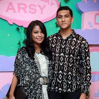 Tantri vokalis grup band Kotak datang bersama sang suami, Arda yang merupakan vokalis grup band Naff. Keduanya nampak sangat serasi dengan busana batik bernuansa hitam putih. (Deki Prayoga/Bintang.com)