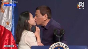 Presiden Filipina Rodrigo Duterte diserang kecaman luas karena mencium bibir seorang tenaga kerja wanita (TKW) Filipina, dalam sebuah agenda pertemuan publik di Seoul, pada akhir pekan lalu.