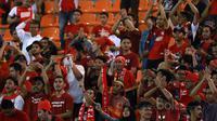 Suporter PSM Makassar, The Macz Man saat memberikan dukungan kepada timnya di Stadion Pakansari, Bogor, (15/5/2017). (Bola.com/Nicklas Hanoatubun)