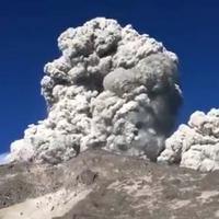 Menegangkan, inilah video viral yang merekam detik-detik gunung merapi meletus. (Screen Capture Twitter.com)