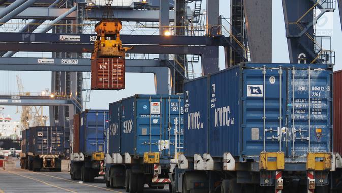 Aktivitas bongkar muat peti kemas di Pelabuhan Tanjung Priok, Jakarta, Jumat (25/5). Kenaikan impor dari 14,46 miliar dolar AS pada Maret 2018 menjadi 16,09 miliar dolar AS (month-to-month). (/Angga Yuniar)