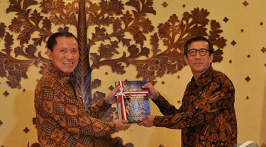 Menkum HAM Yosanna Laoly (kanan) dan Mantan Menkum HAM Amir Syamsuddin (kiri) saat serah terima jabatan di Kantor Kemenkum HAM, Jakarta, Senin (27/10/2014). (Liputan6.com/Miftahul Hayat)