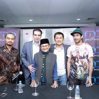 Tidak hanya Reza Rahadian, bahkan sutradara film Hanung Bramantyo mendapatkan mention dari sebuah akun di twitter beberapa adegan film Rudy Habibie. (Galih W. Satria/Bintang.com)