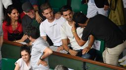 Mantan pelatih Real Madrid, Zinedine Zidane dan istrinya Veronique bersama kiper Real Madrid, Luca serta gelandang Prancis Lausanne dan Enzo berpose untuk foto saat menyaksikan final Prancis Terbuka di Roland Garros, Minggu (10/6). (AFP/CHRISTOPHE SIMON)