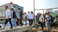Bacagub DKI Jakarta, Yusril Ihza Mahendra berjalan untuk menemui warga penggusuran Pasar Ikan, Penjaringan, Jakarta, Rabu (20/4). Sejumlah warga pasar ikan bertahan di lokasi penggusuran dan memilih tinggal di perahu. (Liputan6.com/Yoppy Renato)
