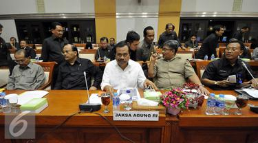 Jaksa Agung HM Prasetyo saat menghadiri rapat kerja dengan komisi III DPR di gedung Nusantara II, Jakarta, Selasa (19/1). Rapat membahas masalah-masalah aktual berkaitan dengan kinerja kejaksaan dan perkara yang ditangani. (Liputan6.com/Johan Tallo)