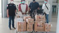 Pelaku pemasok narkoba ke NTT (baju putih merah) dikawal ketat polisi saat tiba di Bandara El Tari Kupang. (Foto Istimewah)